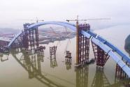 广西柳州官塘大桥中拱段整体提升到位