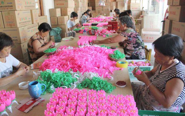 贾村村民利用金融扶贫贷款扩大生日蜡烛生产规模