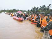 四川多地连降暴雨 官兵紧急驰援解救受灾群众
