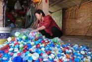 """""""环保奶奶""""贺玉凤义务捡拾了数以万计白色垃圾20年"""