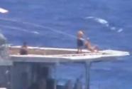 美俄军舰险相撞 俄海员在晒太阳