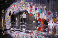 上海:废弃塑料制成艺术品 唤醒人们环保意识