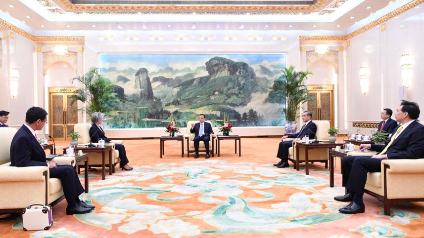 李克强会见出席中日韩外长会的韩国外长和日本外相