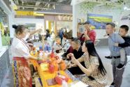图片新闻:农交会农遗良品展区为参观者演示独特的冲泡茶技艺