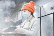 義舉暖心!她免費為武漢醫務人員送上兩萬份熱飯